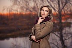 Mujer joven de la moda que camina en parque del oto?o foto de archivo libre de regalías