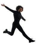 Mujer joven de la muchacha del adolescente que salta el isolat feliz de la silueta de la sombra Foto de archivo