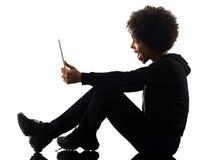Mujer joven de la muchacha del adolescente que usa la silueta digital de la sombra de la tableta Fotografía de archivo libre de regalías