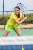 Mujer joven de la muchacha feliz que juega a tenis Foto de archivo libre de regalías