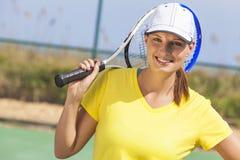 Mujer joven de la muchacha feliz que juega a tenis Imágenes de archivo libres de regalías