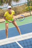 Mujer joven de la muchacha feliz que juega a tenis Imagen de archivo libre de regalías