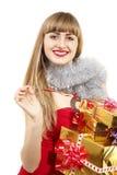 Mujer joven de la Navidad que sostiene los regalos de oro Fotografía de archivo libre de regalías