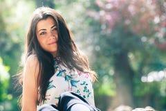 Mujer joven de la primavera hermosa al aire libre Belleza femenina que brilla intensamente fotografía de archivo