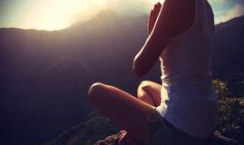 Mujer joven de la yoga en la montaña de la salida del sol Fotografía de archivo