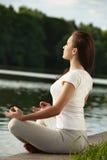 Mujer joven de la yoga que hace ejercicios Fotos de archivo libres de regalías