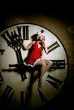 Mujer joven de lujo en el traje de Papá Noel en el dial grande Muchacha y cl Fotos de archivo libres de regalías