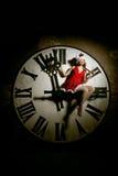 Mujer joven de lujo en el traje de Papá Noel en el dial grande Muchacha y cl Imagenes de archivo