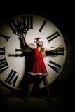Mujer joven de lujo en el traje de Papá Noel en el dial grande Muchacha y cl Imagen de archivo