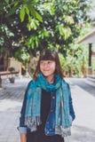 Mujer joven de moda con el soporte de la bufanda de la cachemira al aire libre Isla de Bali Imagen de archivo libre de regalías