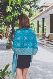 Mujer joven de moda con el soporte de la bufanda de la cachemira al aire libre Isla de Bali Fotografía de archivo