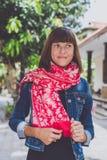 Mujer joven de moda con el soporte de la bufanda de la cachemira al aire libre Isla de Bali Imágenes de archivo libres de regalías