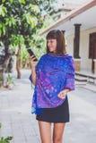 Mujer joven de moda con el soporte de la bufanda de la cachemira al aire libre Isla de Bali Imagen de archivo