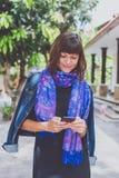 Mujer joven de moda con el soporte de la bufanda de la cachemira al aire libre Isla de Bali Fotos de archivo libres de regalías
