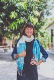 Mujer joven de moda con el soporte de la bufanda de la cachemira al aire libre Isla de Bali Foto de archivo libre de regalías