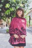 Mujer joven de moda con el soporte de la bufanda de la cachemira al aire libre Isla de Bali Foto de archivo
