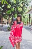 Mujer joven de moda con el soporte de la bufanda de la cachemira al aire libre Isla de Bali Fotografía de archivo libre de regalías