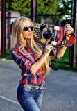 Mujer joven de moda de moda con el monopatín al aire libre Fotografía de archivo