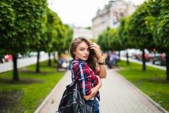 Mujer joven de moda del retrato de la moda con la mochila en el simmer de la ciudad Foto de archivo libre de regalías