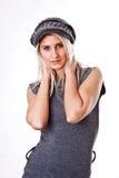 Mujer joven de moda en casquillo Imagenes de archivo