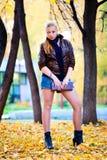Mujer joven de moda en el parque Fotografía de archivo libre de regalías
