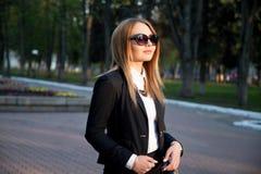 Mujer joven de moda en gafas de sol Foto de archivo