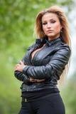 Mujer joven de moda en la chaqueta de cuero al aire libre Foto de archivo