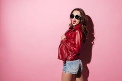 Mujer joven de moda en la chaqueta de cuero y gafas de sol Imagen de archivo
