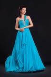Mujer joven de moda en la sonrisa azul de moda de la alineada Imagenes de archivo