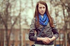 Mujer joven de moda en un ambiente urbano Imagenes de archivo