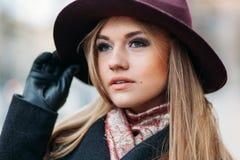 Mujer joven de moda en una calle de la ciudad Foto de archivo
