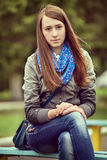 Mujer joven de moda en vaqueros y una bufanda Foto de archivo