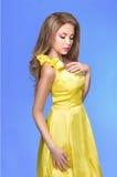 Mujer joven de moda en vestido amarillo enrrollado Fotos de archivo