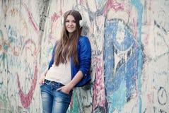 Mujer joven de moda que escucha la música Foto de archivo libre de regalías