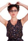 Mujer joven de moda que presenta en estilo Foto de archivo libre de regalías