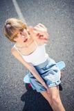 Mujer joven de moda que señala en la cámara Fotos de archivo libres de regalías