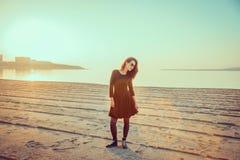 Mujer joven de moda que se coloca en la playa Imagenes de archivo