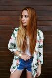 Mujer joven de moda y elegante con el pelo largo que presenta al aire libre en verano Foto de archivo