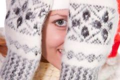 Mujer joven de ocultación Imagenes de archivo