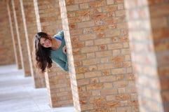 Mujer joven de ocultación Foto de archivo libre de regalías