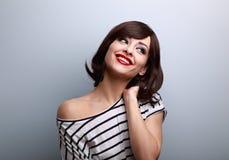 Mujer joven de pensamiento feliz del maquillaje romántico con el peinado corto Fotos de archivo