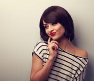 Mujer joven de pensamiento feliz del maquillaje romántico con el peinado corto Fotos de archivo libres de regalías