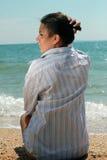 Mujer joven de relajación en una playa Fotografía de archivo libre de regalías