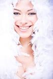 Mujer joven de risa en la boa suave blanca foto de archivo