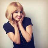 Mujer joven de risa feliz con estilo de pelo rubio Fotos de archivo libres de regalías