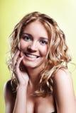 Mujer joven de risa hermosa Foto de archivo