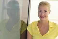 Mujer joven de risa hermosa del retrato imagen de archivo libre de regalías