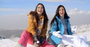 Mujer joven de risa magnífica dos en nieve foto de archivo