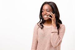 Mujer joven de risa que habla en un móvil Fotografía de archivo libre de regalías