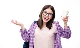 Mujer joven de risa que sostiene la taza Imagenes de archivo